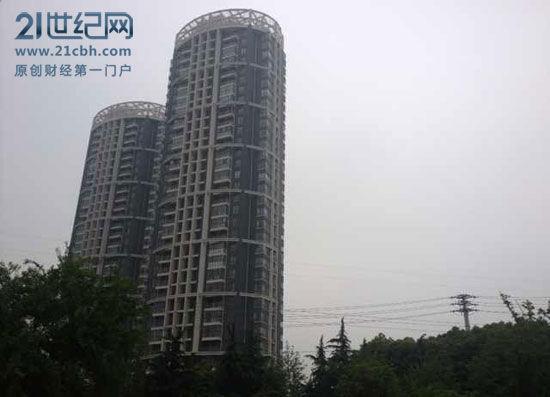 (此楼售价每平米9000元,在福润广场项目对面/21世纪网周洲摄)