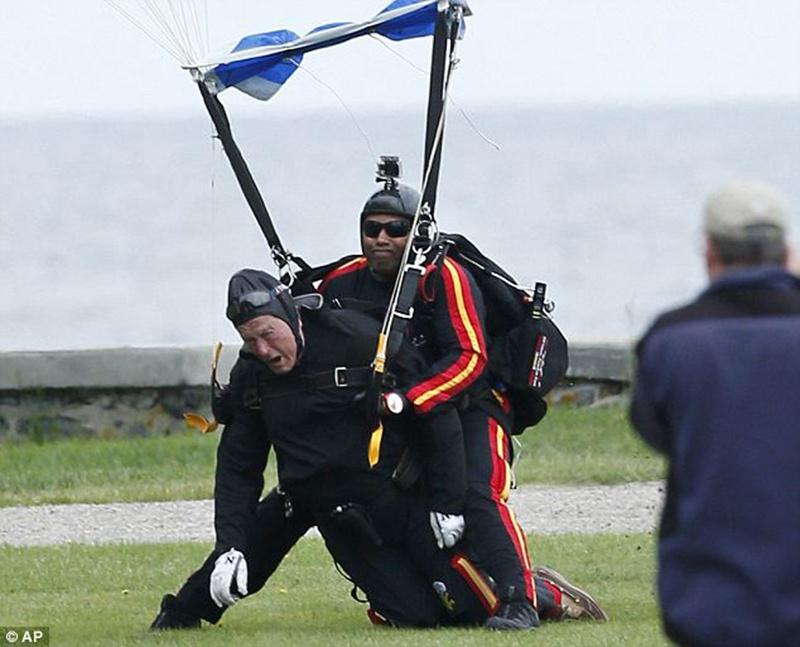 老布什跳伞着陆