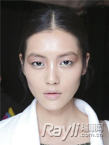 【爱美】跟超模刘雯学美妆 打造单眼皮电力
