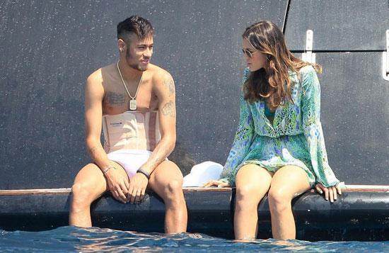 内马尔带腰椎护具度假无法下水 坐船边与女友谈情说爱