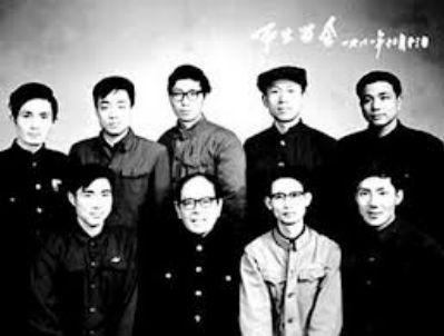 姜明安珍藏著一张摄于1981年大三时的黑白照片,一群年轻人簇拥著龚祥瑞。李克强站在后排最右侧的位置。