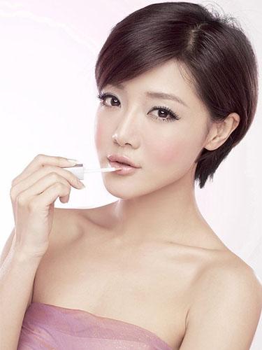 空气感齐刘海,蓬松外翘的中短发,显得俏皮可爱.