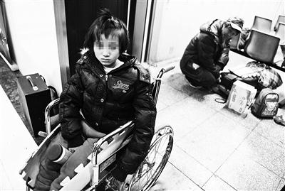 乞丐带养女乞讨9年 志愿者救助被打伤
