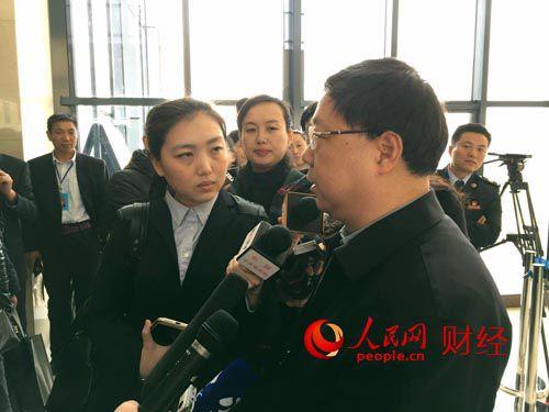 国土资源部不动产登记局局长王广华现场接受记者采访。
