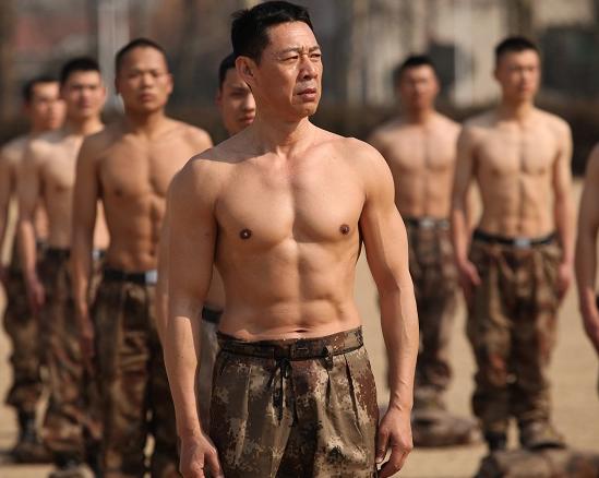 真正男子汉 张丰毅秀6块腹肌 年近60岁体能逆天