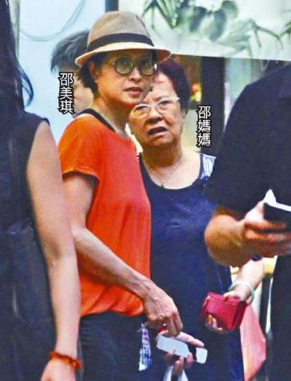 邵美琪带母亲逛街
