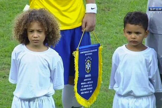 戈 席尔瓦担任巴西队球童图片