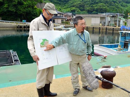 日本琉球大学教授池田荣史(右)说明调查情况。