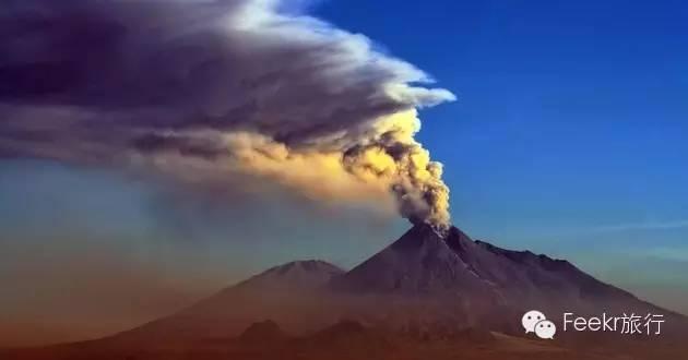 默拉皮火山是世界上最活跃的活火山之一,火山口终年烟雾缭绕,好像随时