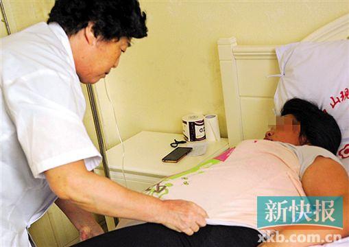 ▲采访过程中,医院产科主任为阿娥翻身。