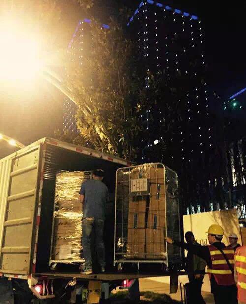 11月,工人在等待第一车图书到达后,搬运整理上架图/诚品生活