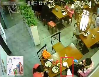 女子用餐馆饭碗给孩子接尿 用完藏桌下