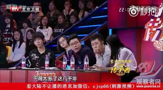 几位青年评论家咄咄逼人,此时,台上的演员和带队老师明显忍着泪水……