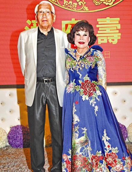 [明星爆料]83岁黄夏蕙为老公摆寿宴现场挤爆 发半裸照道歉