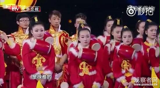 陈道明说起曾经看过的天津歌舞团的鼓表演,一条很长的绳子,绳头栓着坠儿,从很远的距离击打鼓面,难度极高。