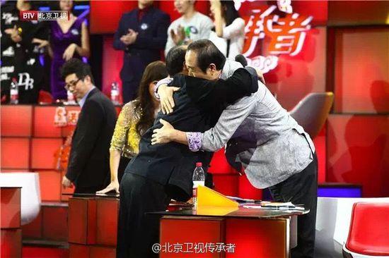 王纪言(与)花鼓队老师拥抱