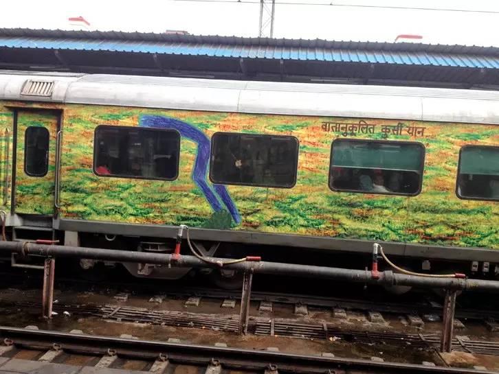 印度火车奇遇 没公厕就拉在轨道上