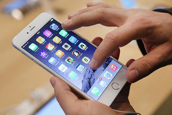 苹果获得新专利 这个专利不止用于屏幕,甚至可以在屏幕以外制作虚拟键盘和触控板(上图),连SmartKeyboard和SmartTrackpad都可以不要了,这可以透过更换现今的距离感应器就可以完成。当然,要引用一个刚刚获得的专利到iPhone,可能需要更长的时间完成,但这专利也许可以提供一个全新触控形式的新方向。