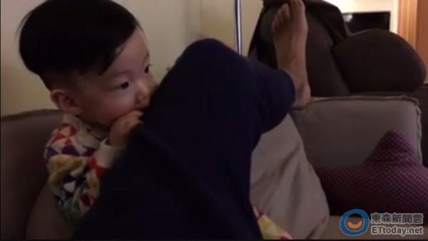 [明星爆料]陈建州用腿挡住儿子看动画 翔翔生气一口咬下去