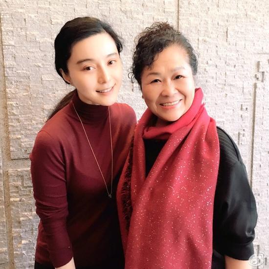 [明星爆料]大鹏晒母亲与范冰冰合影 女神素颜出镜