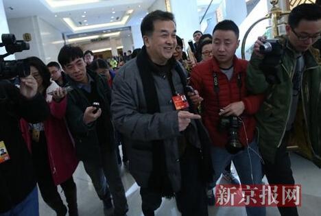 [明星爆料]政协委员黄宏亮相被记者包围:都吃饭了吗?