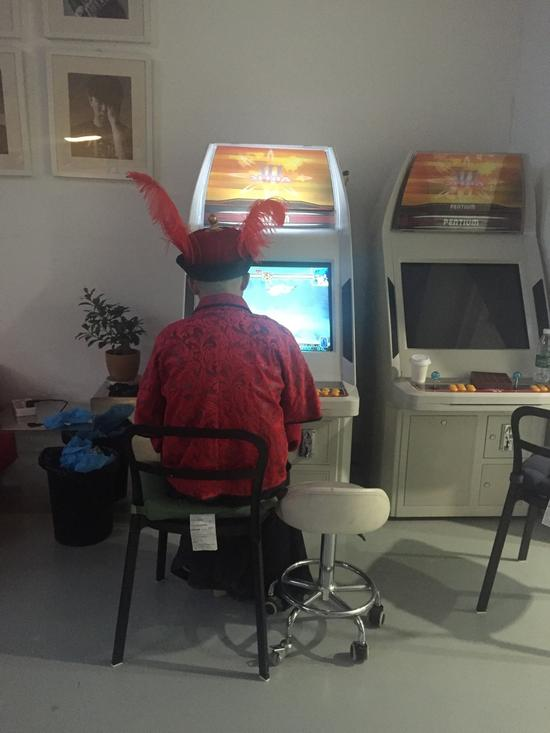 [明星爆料]包贝尔大婚前穿红马褂打游戏机 头插鸡毛超寂寞(图)
