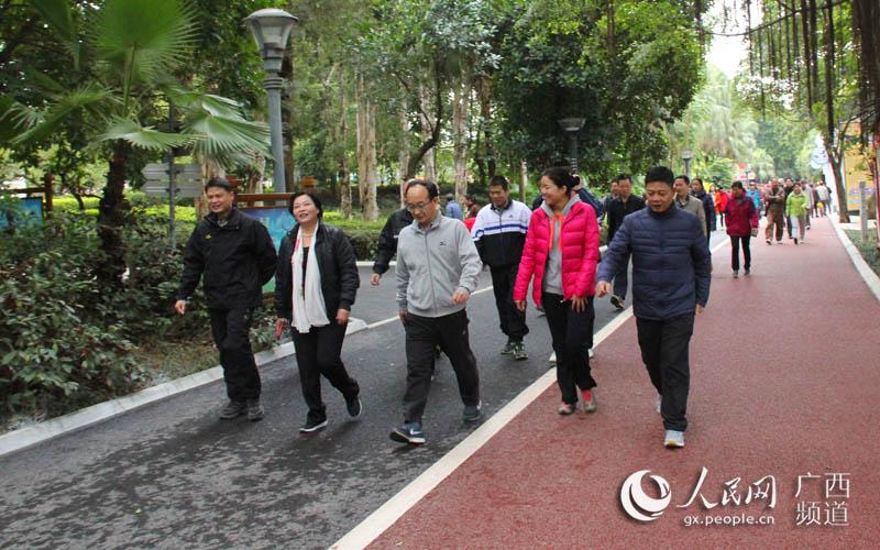 南宁市林业和园林局局长蓝岚(左二)与南宁市林业和园林局书记舒善隆(左三)走在队伍前方