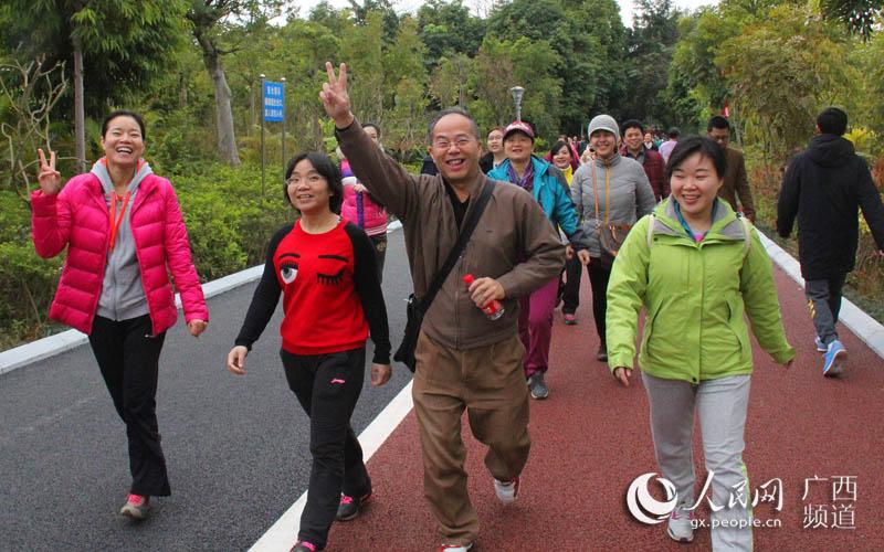 南宁市林业和园林局系统各单位约700人参加迎新春环南湖健步走活动(陈宗勇/摄)