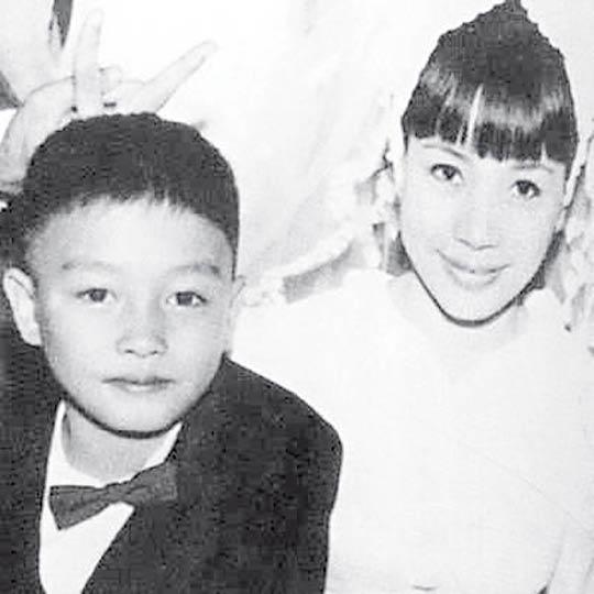 张国荣与张绿萍两姐弟从小就感情要好。