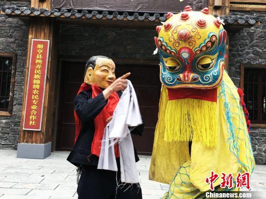 图为册亨县冗渡镇大寨村布依族高台舞狮第九代技艺传承人王仕改带领徒弟练习舞狮。 杨云摄
