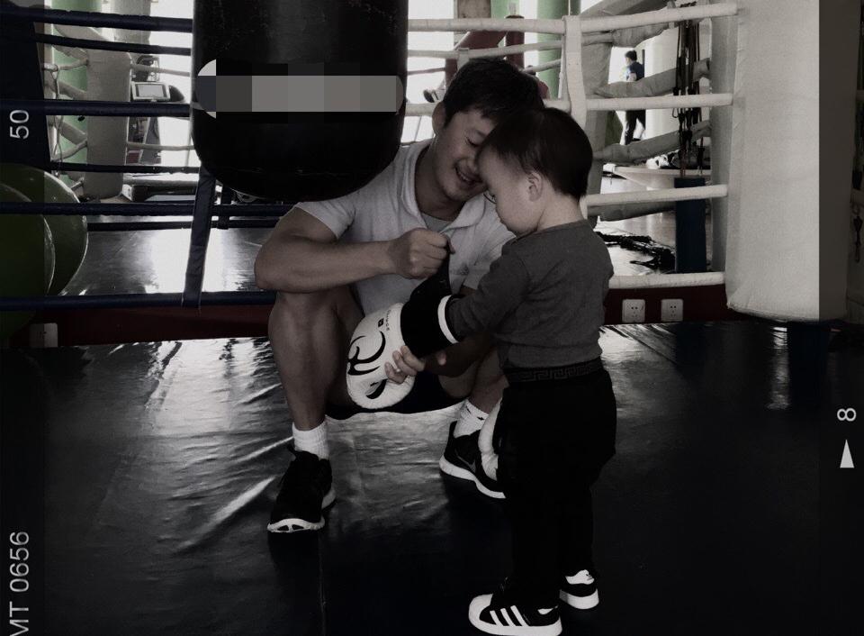 [明星爆料]吴京教儿子健身练拳击 小伙子有模有样架势足