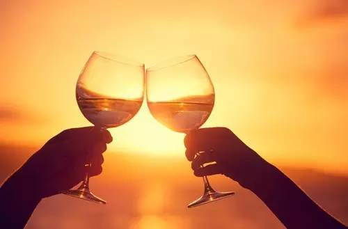 涨姿势|喝酒碰杯仅仅是一种礼仪吗 了解习俗背后的秘密