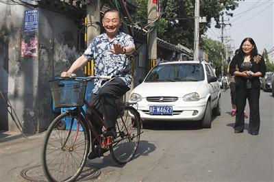 2011年9月,家住干面胡同的梅葆玖骑自行车到干面社区居委会,和老街坊们一起包粽子过端午节。