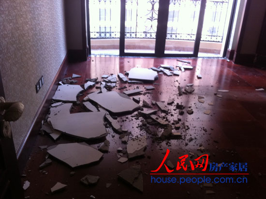 这是业主冯先生家天棚吊顶摔落时的场景,房内一片狼藉。