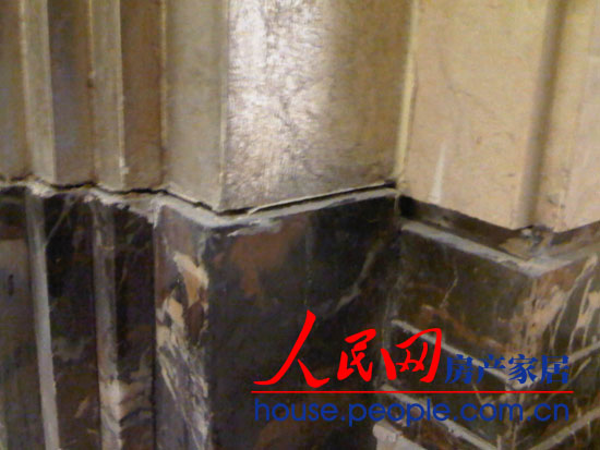 太原业主家客厅的地脚线与大理石的截面出现明显裂缝。