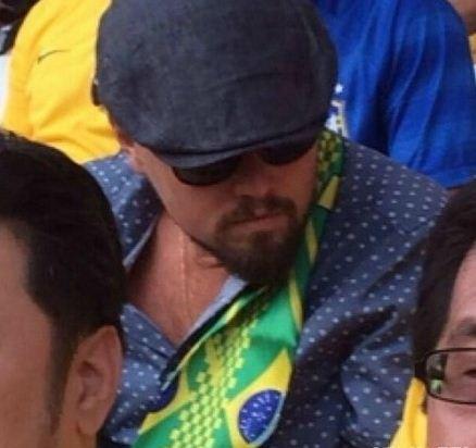 """小李子迪卡普里奥在现场看球,披着巴西的围巾~这应该是他离""""奥斯卡""""最近的一次"""