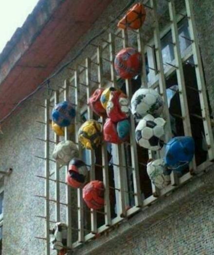 从前,有一人住在球场边上,碎了好几块玻璃之后……