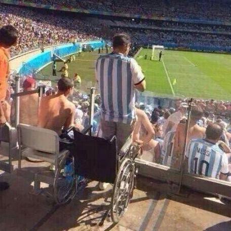 """梅西绝杀不仅拯救了一群天台的跳楼球迷,还拯救了不少""""残疾人"""""""
