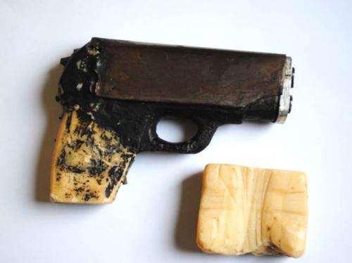 """日前,美国一名囚犯将将监狱派发的肥皂砌成手枪模样,企图挟持狱警越狱,但是在行动之前经过心理斗争后胆怯了,最终决定乖乖上缴""""武器""""。"""