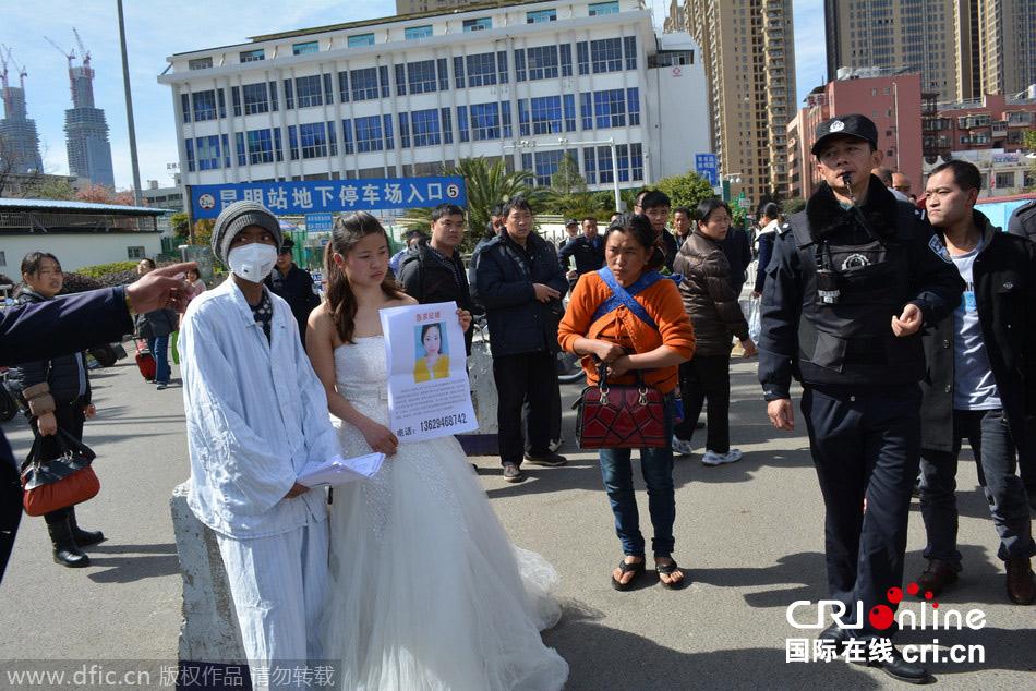 24岁女孩穿婚纱携病弟征婚:救我弟弟马上结婚