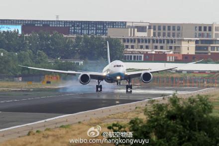 首都机场大风:飞机侧着身子降落|图