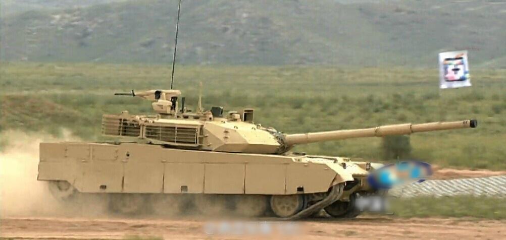 环球军事报道 《透视俄罗斯》6月24日消息阿玛塔新型坦克出现在红场胜利节阅兵式上引发了一场多米诺效应。一开始是中国专家表现出采购兴趣,但仅过一周中国生产坦克的北方工业公司就引导中国媒体发布了一系列有关阿玛塔质量的揭秘文章,称中国产VT-4(MBT-3000)坦克性能更优越。俄罗斯商业咨询(RBC)传媒控股公司报道了北方工业公司的消息,但读者至今未能看到有关俄罗斯坦克和中国坦克性能对比的客观性评价。   批评阿玛塔的文章一开始出现在中国著名军事杂志《兵器》上。此后,北方工业公司在其微博中转发了