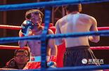 2014年12月25日,贺于周第一次登上职业拳坛,并取得了自己的首胜。可在这背后,他却付出了比别人多的多的汗水。除了完成报社工作,他每天还要抽出时间训练,33岁才开始职业拳击生涯的他,甘苦自知。