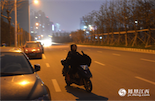 夜已深,相比起睡在服务中心的阿姨还要操心明天的工作,在城市的另一边,熊翠英还骑着电动车,迎着冷风,奔走在去往下一位雇主家中的路上。