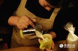 """在大学生涯和毕业后的几年时间里,""""黑妹""""背着包走过了大半个中国,最后揣着手工制作咖啡和甜点的手艺回到南昌。关于失眠的原因,她说和许多的创业者一样,每天都要把当天做过的事情,以及第二天的计划在脑海里过一遍。一个人经营者咖啡店和旅行一样,充满艰辛,却也快乐。"""