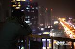 转眼间,曹云飞去上海就快一年时间。没事的时候,他喜欢站在自己出租房的楼顶上,看着全中国最繁华的都市夜景,憧憬着未来。曹云飞说,在上海4838元的工资可能不多,却足够让一个人为了梦想坚持下去。