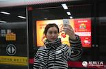 """自从加入了地铁传媒行业,邱琳每天都会在客户的广告灯箱前自拍一张,然后分享到朋友圈。""""所有地铁的广告都是4周起上刊,我们都会在第一时间晒出客户的广告灯箱。因为也许在4个周以后,这个地下世界又全变样了。"""""""