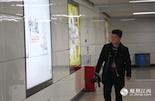 在南昌地铁的24个站点里,一共分布着1398个灯箱。邱琳的客户们几乎在每周都会换上新的广告,如何保证每个灯箱都亮堂堂地照耀客户的海报?在你乘坐南昌地铁的时候,也许看到过一位背着相机,一路巡视着广告灯箱的人。他叫李龙,是江西报业传媒地铁文化广告有限公司的摄影师兼巡线员。及时发现、记录损坏的灯箱是李龙的工作之一。