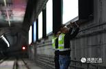 """上画班工作时,做的第一件事情就是接亮所有的灯箱,把灯箱变成在夜晚的""""正午12点时候的太阳"""",因为灯箱照射效果要达到6500K的色温,这是最接近""""正午12点太阳的明亮""""。于是,每天随着第一班地铁的驶出,这些""""人造太阳""""同时冲着站台对面的乘客放射出光芒。"""
