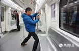 崔坚革告诉我们,虽然乘客在列车中呆的时间最长,但车厢里的广告却不是最贵的。而且车厢内广告能够覆盖到全线乘客,天天乘地铁,某一天你就会与心爱的品牌不期而遇。